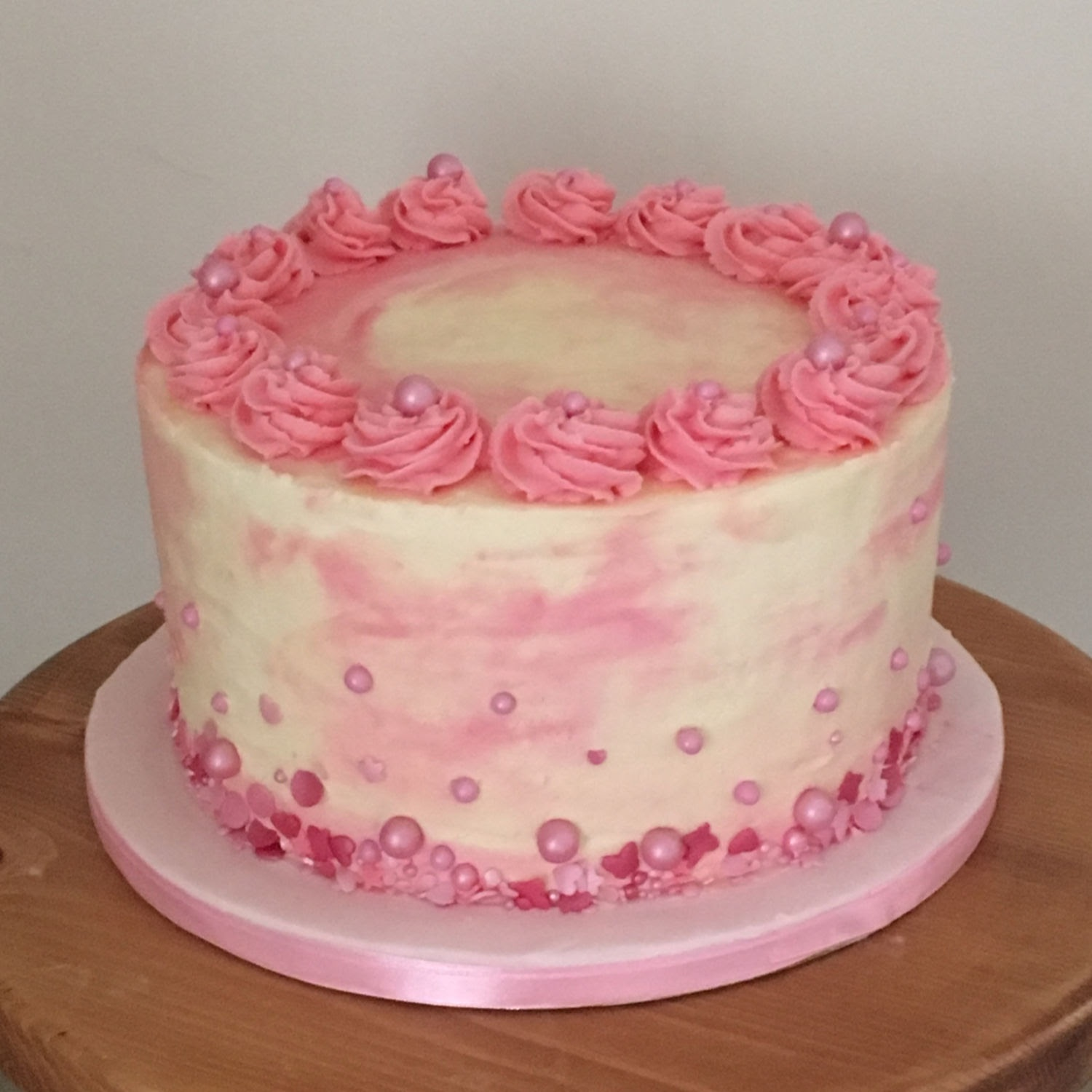 pinkwatercolourcakewithpearls